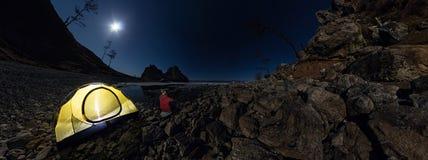 Cilindrisch panorama 360 van de mens bij tent op steenstrand op shor Stock Foto