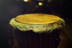 Cilindro africano original do djembe com o lamina de couro com bonito Fotografia de Stock Royalty Free