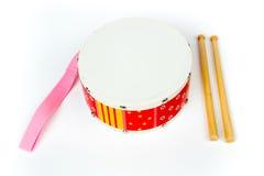"""Cilindro amarelo do †vermelho do """"com as varas do cilindro isoladas no fundo branco Instrumento musical, brinquedo do cilindro  Imagens de Stock"""