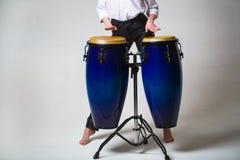 Cilindro As m?os de um m?sico que joga sobre bongs Executores que jogam cilindros de bongos Feche acima da mão do músico que joga fotografia de stock royalty free