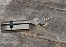Cilindro chave na tabela de madeira Fotos de Stock