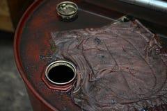 Cilindro de óleo sujo fotografia de stock