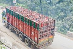 Cilindro de gás levando do caminhão pesado imagem de stock