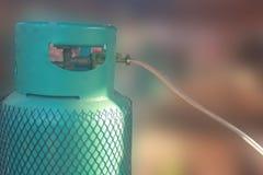 Cilindro de gas en fondo borroso imagen de archivo libre de regalías