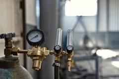Cilindro de gas licuado con los indicadores de presión para el control de presión fotos de archivo libres de regalías