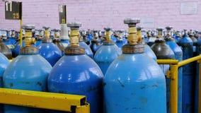 Cilindro de oxigênio com gás comprimido Tanques de oxigênio azuis para a indústria Produção liquefeita do oxigênio Fábrica video estoque