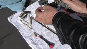 Cilindro di pulizia del revolver di 327 magnum stock footage