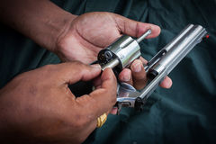 Cilindro di stoccaggio della pistola di manifestazione della tenuta dell'uomo della mano magmun 357 Immagine Stock Libera da Diritti