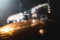 Cilindro do close-up ajustado em uma sala escura contra o contexto do projetor Símbolo atmosférico do fundo de jogar a rocha ou foto de stock