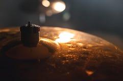 Cilindro do close-up ajustado em uma sala escura contra o contexto do projetor Símbolo atmosférico do fundo de jogar a rocha ou imagem de stock royalty free