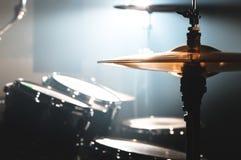 Cilindro do close-up ajustado em uma sala escura contra o contexto do projetor Símbolo atmosférico do fundo de jogar a rocha ou imagem de stock