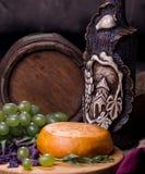 Cilindro, queijo, uma garrafa do vinho e uvas Fotos de Stock Royalty Free