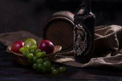 Cilindro, queijo, uma garrafa do vinho e uvas Fotos de Stock