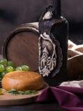 Cilindro, queijo, uma garrafa do vinho e uvas Imagens de Stock Royalty Free