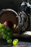 Cilindro, queijo, uma garrafa do vinho e uvas Foto de Stock