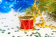 Cilindro vermelho sob a árvore Fotografia de Stock Royalty Free