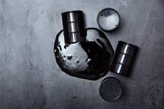 Cilindros de óleo derramados imagens de stock