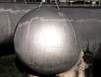 Cilindros de aço gigantescos no armazenamento dos materiais inflamáveis o Imagens de Stock Royalty Free