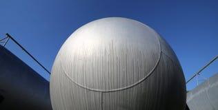 Cilindros de acero gigantescos en el almacenamiento de los materiales inflamables o Fotos de archivo libres de regalías