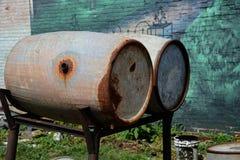 Cilindros de armazenamento antigos do oill do metal Imagem de Stock Royalty Free