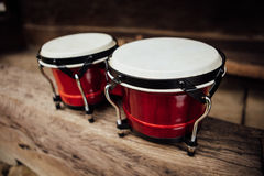 Cilindros de bongos em uma prancha foto de stock