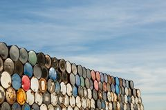Cilindros de 55 galões empilhados em se em uma facilidade do armazenamento Fotos de Stock