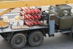 Cilindros de gas conducidos coche viejo imágenes de archivo libres de regalías
