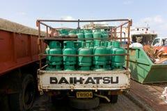 Cilindros de gas que son entregados al muelle de las granadinas Imagen de archivo libre de regalías