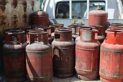 Cilindros de gas rojos viejos Fotografía de archivo