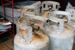 Cilindros del propano que celebran cocinar el combustible foto de archivo libre de regalías