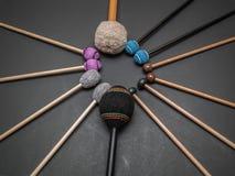 Cilindros feitos à mão e orquestra da percussão hicória natural varas de madeira no cinza escuro Fotos de Stock