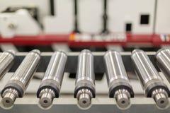 Cilindros magnéticos alinhados para cortado na máquina impressora giratória Cilindro magnético para cortar giratório do flexo fotos de stock royalty free