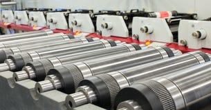 Cilindros magnéticos alinhados para cortado na máquina impressora giratória Cilindro magnético para cortar giratório do flexo foto de stock