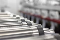 Cilindros magnéticos alinhados para cortado na máquina impressora giratória Cilindro magnético para cortar giratório do flexo fotografia de stock