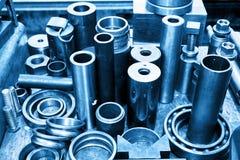 Cilindros, pistões e ferramentas de aço na oficina Tema da indústria Imagem de Stock