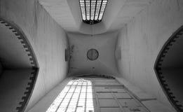Cilling nella chiesa di Ñatholic in bianco e nero immagini stock