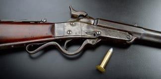 Cilver kriggevär och kula Arkivfoton