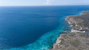 Cima aerea del fuco di mar dei Caraibi dell'isola del Bonaire della costa della spiaggia del mare Immagini Stock