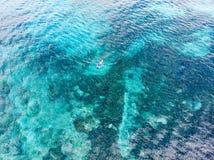 Cima aerea giù la gente che si immerge sul mare caraibico tropicale della barriera corallina, acqua blu del turchese Arcipelago d fotografia stock libera da diritti