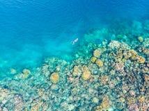 Cima aerea giù la gente che si immerge sul mare caraibico tropicale della barriera corallina, acqua blu del turchese Isole Sumatr fotografie stock