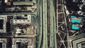 Cima aerea giù la vista di grande scambio della strada di città video d archivio