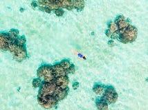 Cima aerea gi? la gente che si immerge sul mare caraibico tropicale della barriera corallina, acqua blu del turchese Arcipelago d fotografia stock libera da diritti