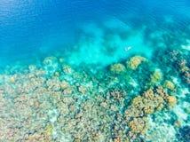 Cima aerea gi? la gente che si immerge sul mare caraibico tropicale della barriera corallina, acqua blu del turchese Arcipelago d fotografie stock libere da diritti