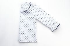 Cima bianca del pigiama per la ragazza Fotografie Stock Libere da Diritti