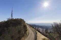 Cima de la montaña de la muestra de Hollywood que pasa por alto Los Ángeles Imágenes de archivo libres de regalías