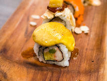 Cima dei sushi con curry giallo fotografie stock libere da diritti