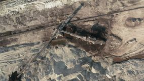 Cima del fuco dello scavo della miniera di carbone giù la vista stock footage