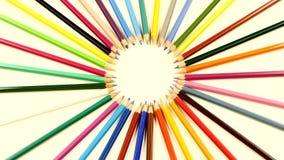 Cima del mazzo di matite colorate su bianco, rotazione archivi video