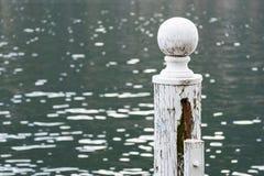 Cima del palo d'attracco bianco fotografia stock libera da diritti