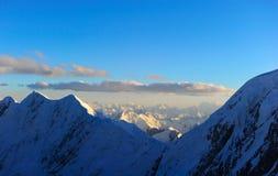 Cima del picco di montagne nevoso Fotografia Stock Libera da Diritti